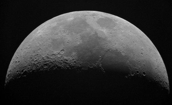 Из-за удара над лунной поверхностью поднялась пыль, в результате чего поверхность приобрела более высокую отражательную способность