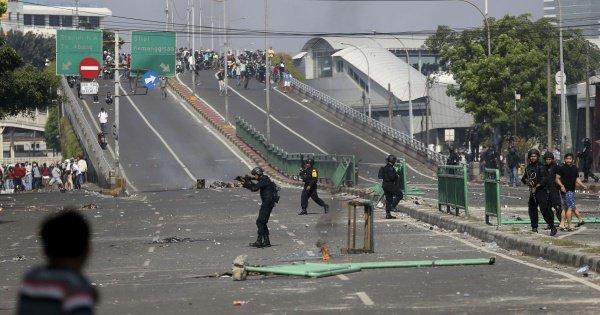Полиция применила слезоточивый газ для разгона протестующих.