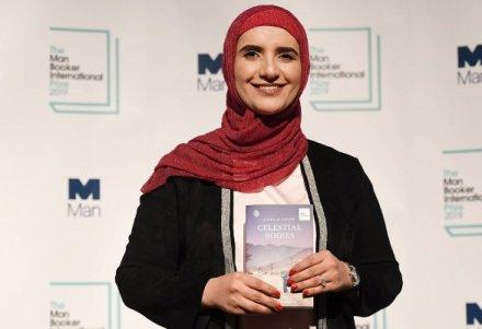 Мусульманка в хиджабе получила Букеровскую премию