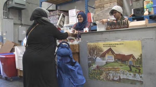 Мусульманский продовольственный банк начался с неформальной раздачи продуктов питания в гараже в Суррее порядка 10 лет назад