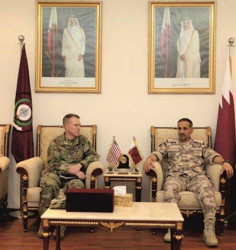 Представители вооруженных сил США и Катара на встрече.