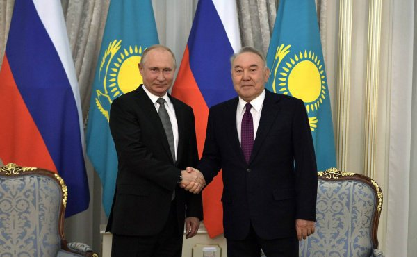 Путин и Назарбаев провели встречу накануне саммита ЕврАзЭс.