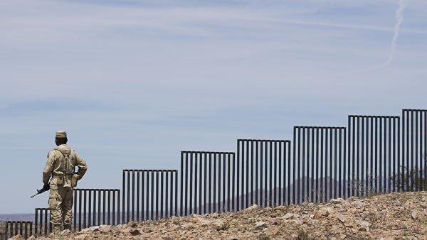 Заградительное сооружение на границе США и Мексики.