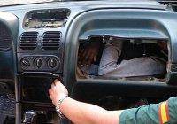 Мигранты попытались попасть в Испанию в бардачке автомобиля