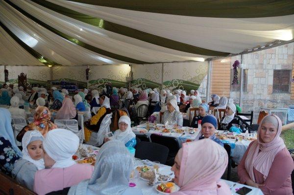 Мусульманки провели собственный ифтар.