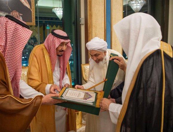 Король Салман с представителями иностранных делегаций.