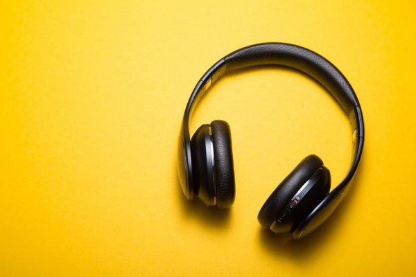 Громкость, установленная на максимальный уровень (от 90 дБ), будет негативно влиять на слух