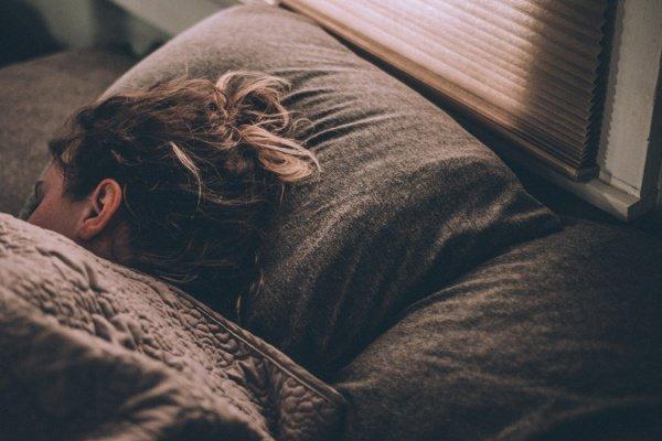 Сон при работающих источниках света повышает риск набора лишнего веса на 22% и ожирения - на 33%