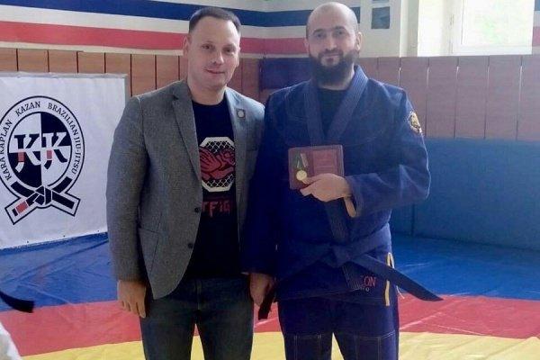 Камиль Самигуллин получил медаль из рук общественников.