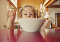 Выявлено влияние позы человека во время еды на вкус пищи