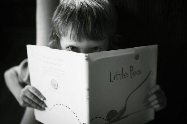 Ребенку гораздо сложнее привить любовь к книге, если он не видит читающими своих родителей