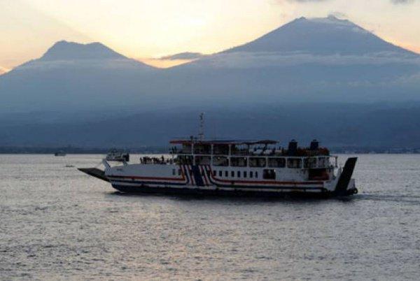 Пассажирское судно перевернулось в Индонезии.