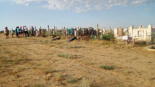 Поваленные надгробия на мусульманском кладбище.