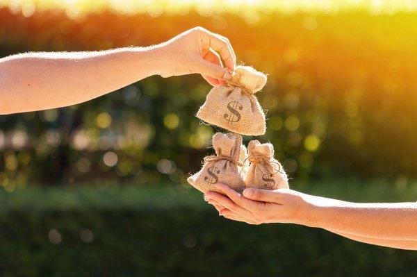Может ли жена дать милостыню мужу, если она зарабатывает больше, чем он?