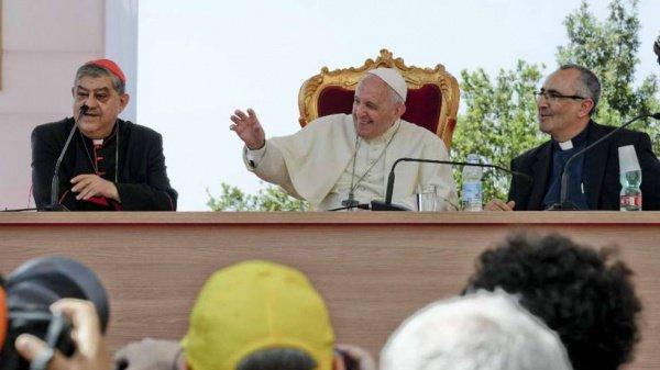 Понтифик на конференции в Неаполе.