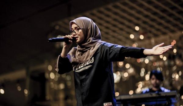 Девушка читает рэп о любви, работе и жизни, и надеется стать звездой мирового уровня