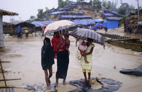 В Бангладеш продолжаются проливные дожди.