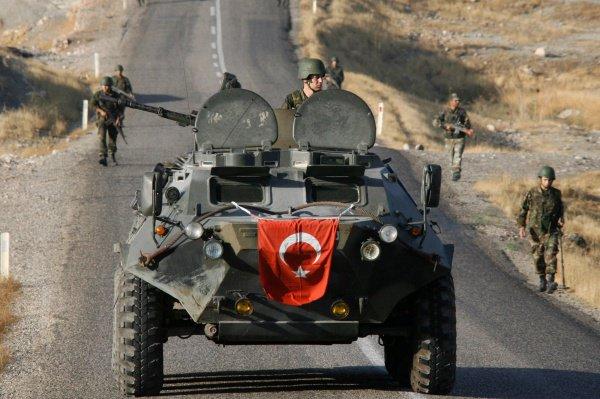 Турция начала стягивать войска к границе с Сирией.