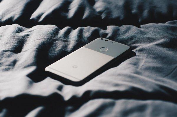 В руках покойный держал свой телефон, все еще подключенный к зарядному устройству, вставленному в удлинитель (Фото: Mark Solarski/Unsplash)