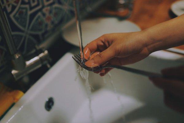 Результаты опроса «подтвердили основные стереотипы» о распределении обязанностей по дому (Фото: Catt Liu/Unsplash)