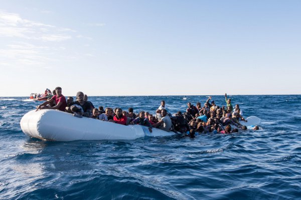 В Средиземном море продолжают гибнуть беженцы.