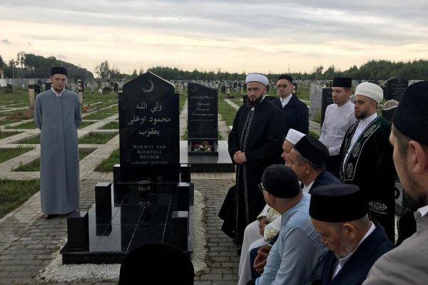 Религиозные деятели на могиле известного богослова.