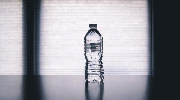 Наиболее подделываемая продукция в стране — это питьевая вода (Фото: Steve Johnson/Unsplash)