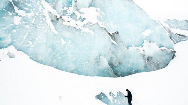 В июле нынешнего года в результате поверхностного таяния Гренландия уже потеряла 160 млн. тонн льда (Фото: Banter Snaps/Unsplash)