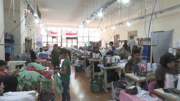 На фабрике трудятся 400 работников.