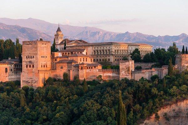 Дворец Альхамбра - жемчужина мусульманского королевства Гранада.