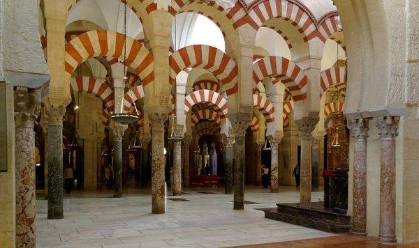 Большая мечеть Кордовы, после Реконкисты превращённая в церковь.