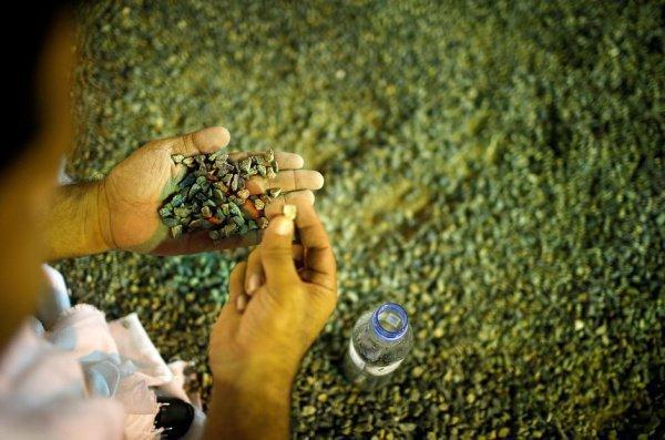 Камешки для ритуала на Джамарате собираются паломниками во время ночевки в Муздалифе.