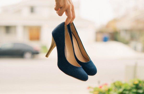 23-летняя модель Джемма Дауни в одном из местных секонд-хендов приобрела туфли на платформе