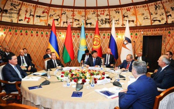 Главы правительств ЕАЭС обсуждают вопросы развития сотрудничества.