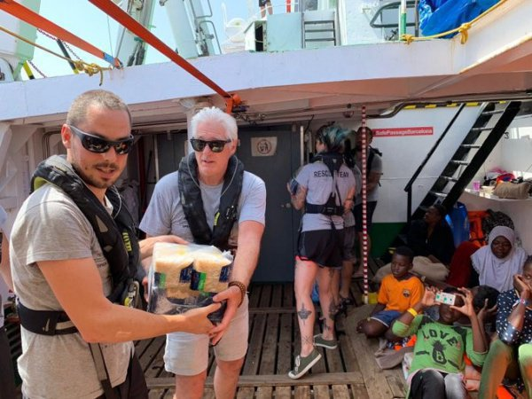 Ричард Нир на борту спасательного судна с мигрантами.