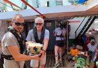 Ричард Гир оказал помощь дрейфующему судну с мигрантами