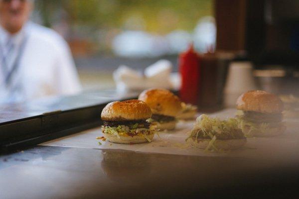 Большинство жителей крупных городов, возвращаясь с работы, покупают продукты или принимают пищу в заведениях общепита, расположенных вблизи дома