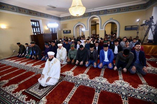 Совершить гает-намаз в Галеевскую мечеть пришел и Президент Республики Татарстан Рустам Нургалиевич Минниханов