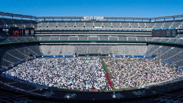 Для поздравления американских мусульман на стадион прибыл губернатор штата Нью-Джерси Фил Мерфи