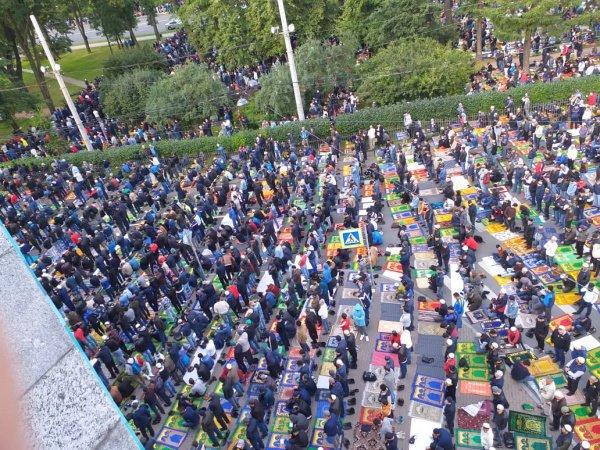 В торжествах по всему городу приняли участие до 60 тыс. мусульман