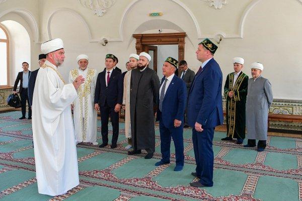 Имам-хатыб мечети «Аль-Марджани» Мансур хазрат Джалялетдин провел для них экскурсию (Фото: Пресс-служба президента Татарстана)