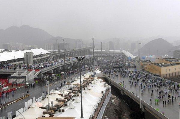 Неожиданное завершение хаджа. На Саудовскую Аравию обрушились сильные ливни (ФОТО)