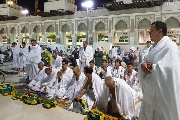 Среди хаджиев много тех, кто посещает Заповедную мечеть, совершает здесь таваф и фарз-намазы