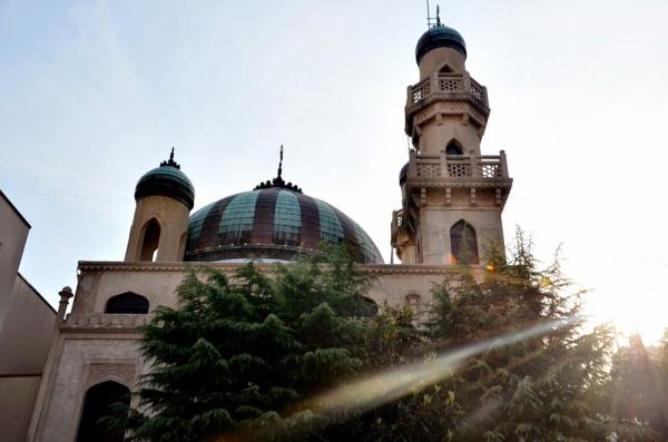 Мечеть построена в красивом восточном стиле.