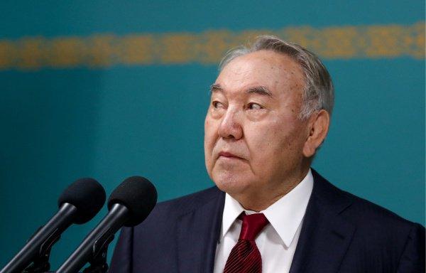 В клипе Назарбаев гуляет в предгорьях и исполняет песню о своей родине (Фото: Валерий Шарифулин/ТАСС)