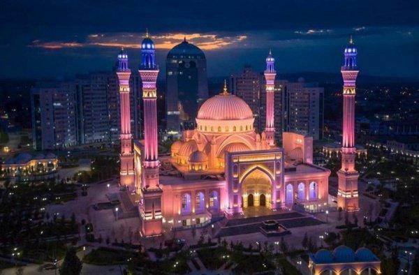 Официальная церемония открытия завершилась пятничным намазом в стенах новой мечети с участием сотен мусульман из разных уголков мира