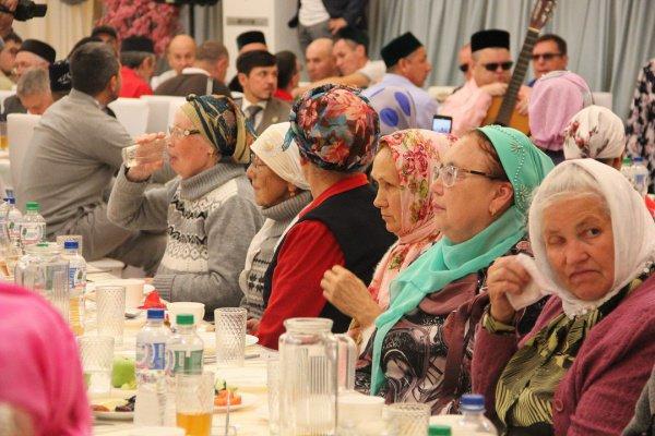 В Казани продолжаются благотворительные Курбан-меджлисы.