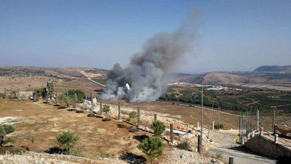 Место попадания израильской ракеты в Ливане.
