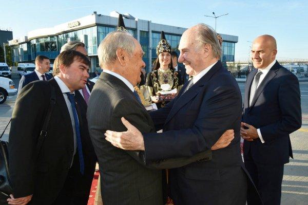Минтимер Шаймиев и Карим Ага Хан в казанском аэропорту.