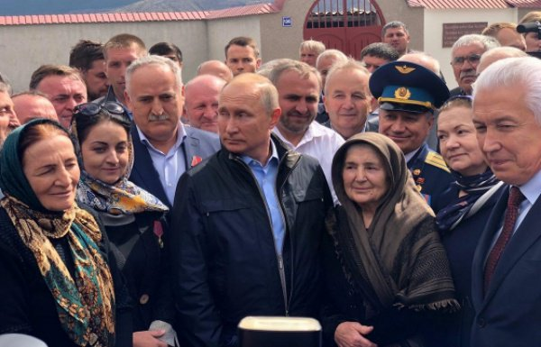 Путин с жителями села Ботлих.
